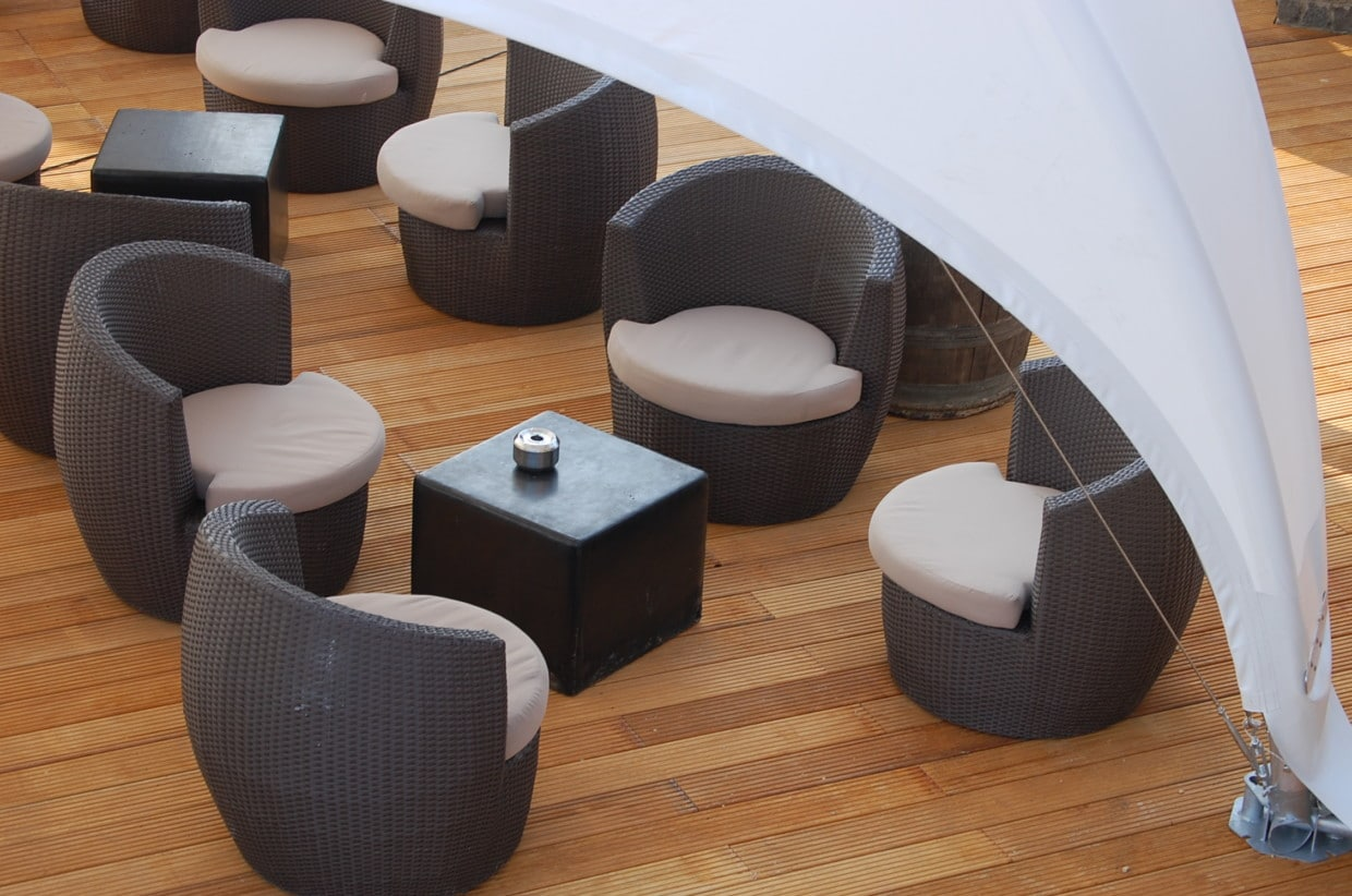 vip-pavillon Holzboden und Mobiliar