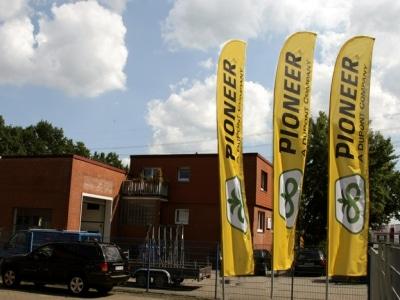 Fahnen und Flaggen vor dem messezelt